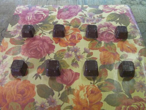 包装紙の上のチョコレート 2